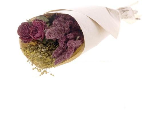 Droogbloemenboeket met roses in craft paper natural red  Droogbloemenpakket in kraft