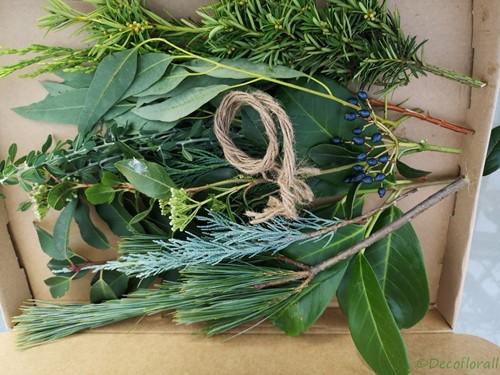 Een brievenbusdoosje met wintergroen L DHZ groenboeketje inc touw