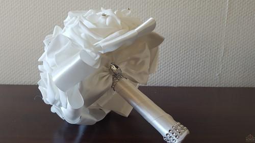 Bruidsmeisjesboeket foamrozen Roomwit +WITmet Strass Volledig afgewerkt