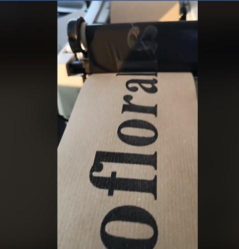 Bedrukt Kraftpapier lint 100 mm zwart opdruk +/-100cm. Breed kraftpapier Bedrukt lint 100 mm