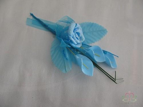 Corsage van foam Roosje en Calla's + blaadjes Blauw Corsage