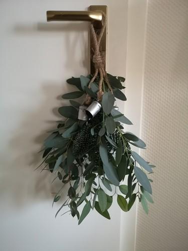 Eucalyptus [+Nobi ] en kerstbelletjes in een doosje DHZ  Een groet die iets doet en stukje touw