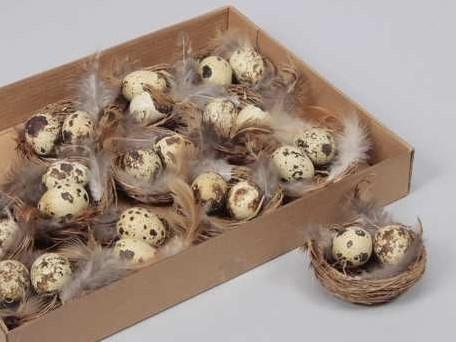 Nestjes met 2 kwarteleitjes+veertjes DOOS 12 nestjes +/-7 cm. 12 Nestjes 7cm.